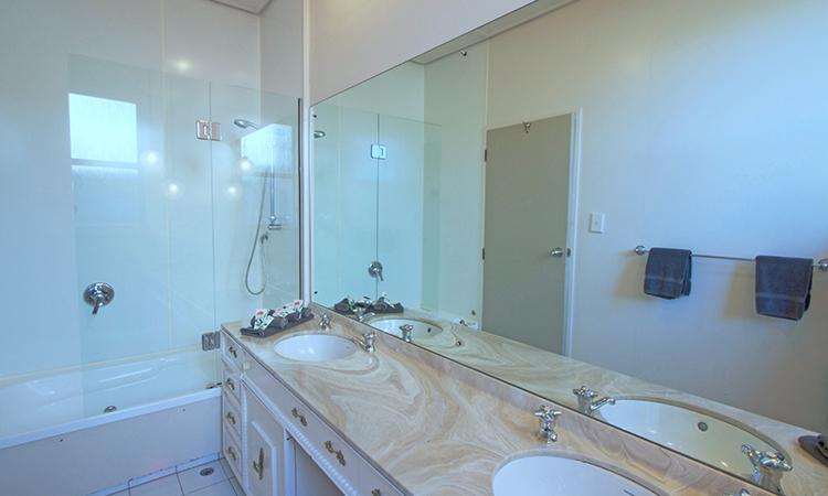 Bathroom facilities| George Street Motel Apartments